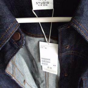 Denimskjorte i kraftig kvalitet.  Ny med prismærke  Sendes gratis i uge 42