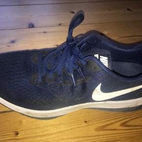 Jeg sælger mine gamle løbesko, da jeg har købt nye. De er købt for et år siden til 650 kr. Skoene fejler intet og har modtaget gode anmedelser. Se gerne link.  https://runrepeat.com/nike-air-zoom-winflo-4  Skoene befinder sig i Aalborg. Jeg er åben for bud ved en hurtig handel :-).