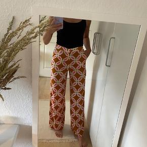 🌸 fede løse bukser 🌸 er kun prøvet på for at sy dem op (er 169 cm høj)  - tjek mine andre ting ud!