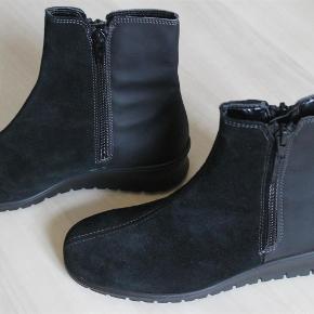 Brand: Cinzia Varetype: sko Farve: sort Oprindelig købspris: 500 kr.  helt nye sko. ca halvdelen er i ægte lædder. kan afhentes i kbh
