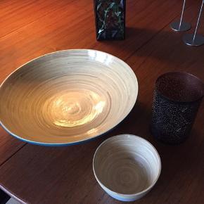 Stor bambus skål, lille bambus skål og sort/kobber fyrfadsstage. Prisen er henholdsvis 45,- og 20,- og 15,-