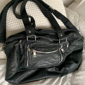 Sælger min Núnoo taske, da jeg aldrig bruger den længere.  Den har enkelte brugstegn med er i god stand. Remmen er sat på  Køber betaler fragt