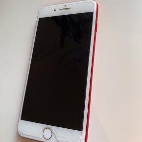 Jeg sælger min meget velholdte iPhone 7 Plus i rød, med 128gb og opdateret med nyeste opdatering. Telefonen er fra 06-03-2018, så garantien er næsten lige udløbet, men kvittering medfølger selvfølgelig stadig. (se kommentarer for flere billeder)  Telefonen har altid båret panserglas og skærmen fejler derfor ingenting. Der er dog brugsridser i kanterne, som ikke har betydning for virkningen. OBS: det er Panserglasset der er revnet på billedet.  Kamera glasset bagpå har desværre en lille revne, det har dog intet at sige for kameraet eller de billeder/videoer der bliver taget med det. (se billeder i kommentaren for at se billeder taget fra denne telefon) Batterikapaciteten er 87%, så den holder ubeklageligt godt strøm, jeg har aldrig haft en mobil der holder bedre strøm end denne.  Original kasse, nyt monteret panserglas og cover medfølger og evt. uoriginal lader hvis det ønskes. Kan hentes/leveres i Hjørring og omegn eller sendes, selvfølgelig afsprittet.  Mindstepris er 2500kr og pris ved hurtig handel er 2200kr. Ellers kom med et bud, så vil jeg overveje det. ☀️🌸