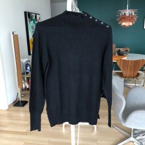 Sort bluse med sorte knapper - brugt én gang