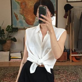 Klassisk hør skjortetop med brystlommer. Fitter onesize, mange stylingmuligheder.