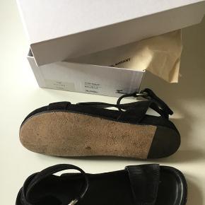 Smukke sandaler med remme i ruskind fra Étoile Isabel Marant. Spændes rundt om anklen. Brugt ganske få gange, så eneste slid er under sålen. Købt forrige sommer for 320 Euro, så ca. 2350 kr. Sender med DAO.