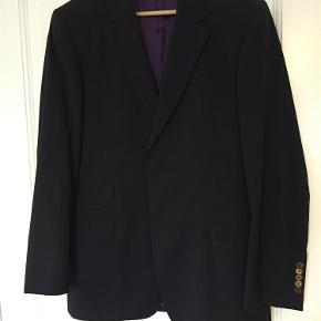 Varetype: Jakkesæt Farve: Mørkeblå Oprindelig købspris: 3500 kr.  Mørkeblå nålestribet jakkesæt. Ikke slim fit.