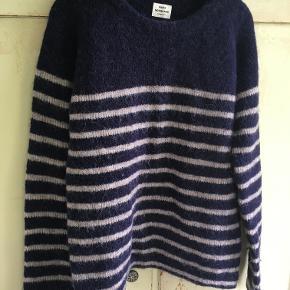 Fed blå/grå sweater fra Mads Nørgaard i str 36. Den er lavet af uld/nylon. Længde 56 cm, brystmål 2x48 cm. Bytter ikke, sælges for 438 kr inkl porto. Se også mine andre annoncer!!!