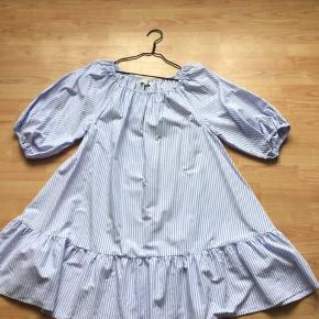 Lækker kjole kan også bruges som lang bluse 👍model Sonia👍brugt 1 gang som ny. Hvid og blå stribet