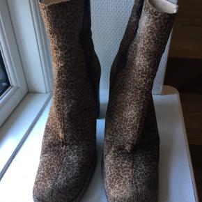 Fantastiske leopardstøvler fra det engelske luksusmærke Russel & Bromley med et skønt, chunky 90'er look.   Super god stand, helt nye forsålinger, ingen synlige skrammer.