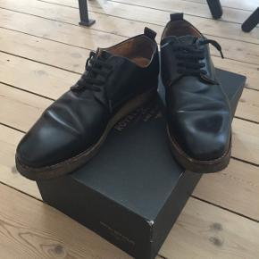 Sælges da jeg ikke bruger dem længere. Der er tegn på slid på sålen, men ellers er de så gode som nye. De er meget stive og passer måske nærmere til en størrelse 38,5, medmindre du har en smal fod.