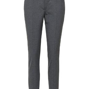 Mid Waist Cropped bukser fra Selected Femme.   Str. 36 i fin grå farve.  Der er lidt stretch i bukserne.    62% polyester, 33% Viskose, 5% Elastan