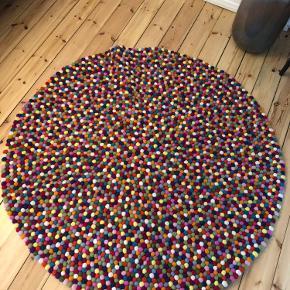 Hay pinocchio tæppe i multi colour lavet af filtkugler.  Måler 140 i diameter.  Fremstår i meget flot stand. Kan afhentes på Amagerbro.