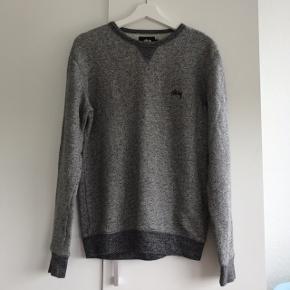 Ingen brugsmærker Størrelse S, men stor i det, så sat som M Lækker tynd sweater fra mærket stüssy Prisen er FaST inkluderet fragt med dao