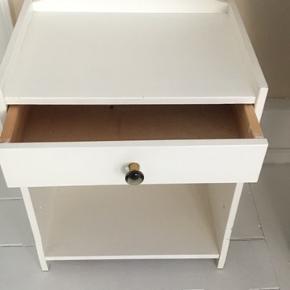 Sødt lille bord enten til entre side eller natbord, i god stand. Mål 52x42cm og 31 cm dyb.