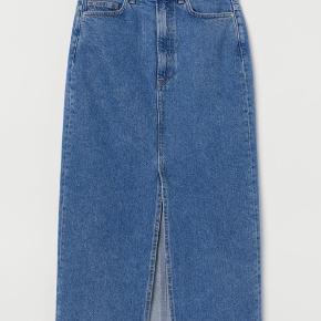 H&M midi-nederdel med 5 lommer. I bomuldsdenim. Nederdelen har høj talje med slids foran. Gylp med lynlås og knap. Uden for.   Materiale: 100% bomuld.   Str. 36/ S (jeg synes, at den er størrelsessvarende).   Nypris: 250 kr.  Sælges for 100 kr. Prisen er fast, da den intet fejler og kun er brugt et par gange.