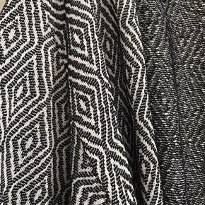 Sort, hvid cardigan/kimono H&M Divided Aldrig brugt Rigtig fin til et par slidte jeans og top Eller over en fin kjole m.m.