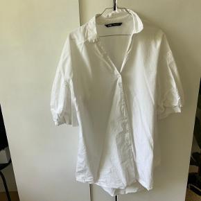 Skjorte kjole fra zara, går til lige under numsen🤍 Mega fed med af par lange støvler under. Kjolen har pufærmer