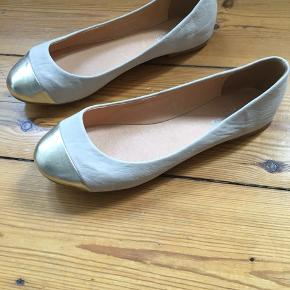 Ballerina fra Bianco.. beige med en guld snude.. brugt 2 gange.. der er 2 små ridser på venstre sko, som vist på billede..