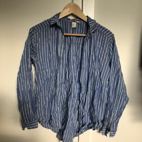 Stribet fin skjorte.   Dog ret krøllet på billedet.   Køber betaler fragt.