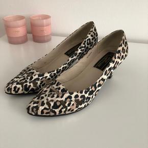 Fine leopard sko, med en lille hæl. Str 37 med læder indeni.