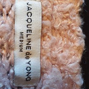 En fin lyserød cardigan, i god stand. Hyggelig og varm. Er åben for bud:)