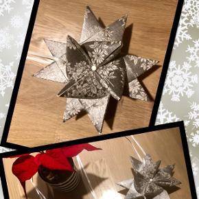 🌟RESTSALG🌟 🍁3 flotte sølvstjerner med hvide blomster og perle samt bånd til ophæng🍁  Stjernerne måler 13 cm i diameter  💞Kr. 25,00 pr. stk.  Sender gerne mod betaling af porto📦