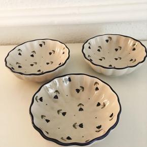Tre flotte små skåle i perfekt stand sælges samlet for 75 kr. Højde 4 cm og diameter 11 cm. Jeg sender gerne ved MobilePay+ porto med DAO eller GLS. Se også mine andre spændende annoncer, da jeg bl.a. sælger ud af ting og sager.
