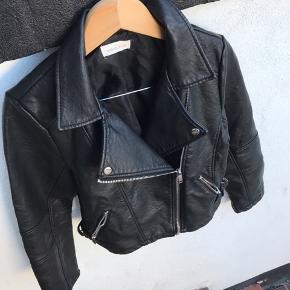 Fed jakke fra Urban bliss  Der står str 14 i.  Min datter er en medium.😍  Lukket bryst mål 48 cm  Længde fra skulder og ned 53 cm  Gået med få gange.