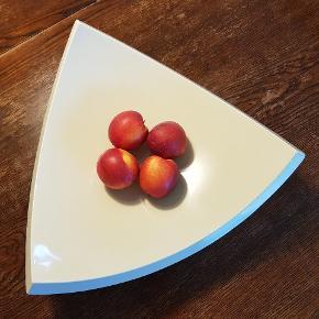 Hvalsø Copenhagen, design by Brylle.  Cremefarvet fad f.eks.. til frugt eller andet. Måler ca. 35x35x35 cm.  Fremstår i rigtig flot stand uden brugsspor. Nypris 900 kr.