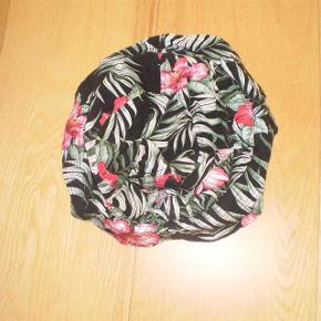 Brand: Kbethos Varetype: BUCKET HATS Størrelse: ONE SIZE Farve: Se billede Oprindelig købspris: 250 kr.  Super lækker Bucket Hat.