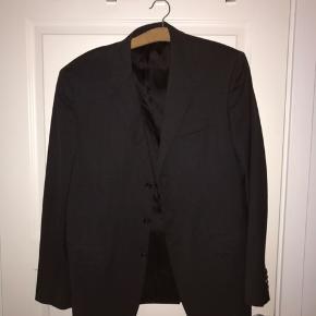 Dejligt Prada jakkesæt, sælger det ekstra billigt da jeg bare vil af med det. Lommerne på bukserne er syet om, men det er ikke noget du ligger mærke til:)