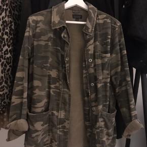 Super fed jakke fra TopShop! 🤩 Brugt et par gange og jakken står derfor i rigtig god stand! Smid et bud i kommentaren 😁