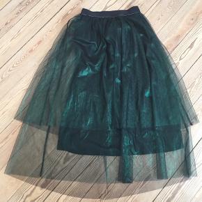 """Midi nederdel med grøn tyl og sort """"underkjole"""". Sort elastik kant med sølvtråd. Brugt et par gange, men uden tegn på brug."""