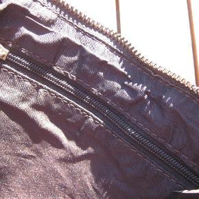 Varetype: pung taske hvad man ønsker Størrelse: 21x15 Farve: mørkebrun skind Prisen angivet er inklusiv forsendelse.  lækker lille sag i mørkebrun læder af benedicte Utzon   kan bruges til lige hvad man vil 100 incl forsendelse