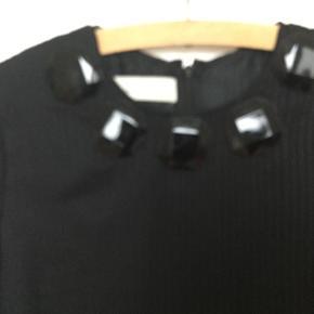 Rigtig fin By Malene Birger kjole i sort med skønne detaljer. Den måler ca 48 over brystet og er 88 cm lang. Der er underkjole under. Får den ikke brugt - har kun haft den på en gang, så jeg håber der en anden der kan fåmglæde af den🙂