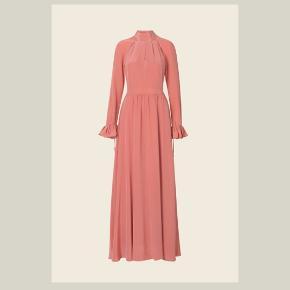 Model: Regitze showpiece  Farve. 1231 Daydream (de første billeder) 100 procent silke   - Prismærke haves De 2 sidste billeder er kjole af samme model