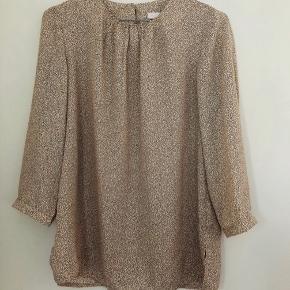 Så lækker skjorte / bluse fra New Lily Paris. Brugt max 2 gange - som ny! SE OGSÅ MINE MANGE ANDRE ANNONCER 🥰
