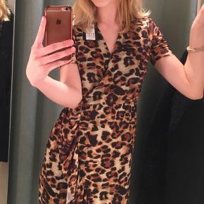 Sælger den her smukke leopardkjole