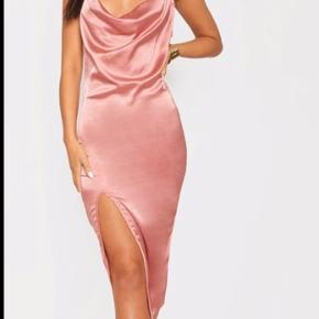 Smuk kjole der sidder godt på ens krop