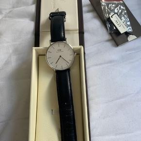 Daniel Wellington ur med sort rem. Sælges pga det ikke bruges mere. Np 1495,-
