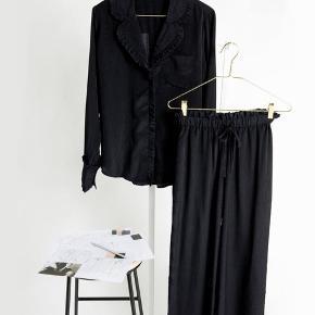 Fineste sæt fra Pieces by Cecilie Bahnsen i størrelse medium. Sættet har prikker flæsedetaljer. Skjorten fremstår fuldstændig som ny, mens bukserne ser mere brugte ud, i form af en smule fnuller, men de er stadig rigtig fine. Sættet er i 100 % polyester. Nypris for sættet var 600 kr. Jeg sælger mit for 350 kr. ☀️