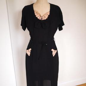 Flot, unik vintage kjole fra 1940-50 er, sort georgette med super smukke små sart rosa blomster pynt, bælte i taljen. Fejler intet, str 36.