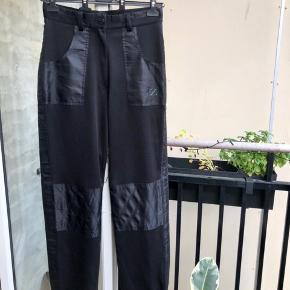 Seje sorte bukser med nylon detaljer  Ingen brugstegn  Super rare at have på Jeg er 178 og bruger s/m  Kan sendes fra / afhentes på Nørrebro