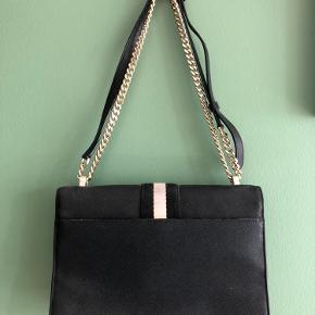 Sælger denne super lækre taske fra DKNY, da den ikke bliver brugt nok desværre. Den kan både bruges crossbody, men også rundt om skulderen til et lækkert aften-look.   Maks brugt 2 gange - fremstår som ny. Der er ingen fejl på den.  Nypris var ca 2000.