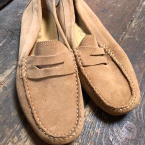 Hej 😊 sælger disse smukke ruskinds loafers i str. 43 til 150kr. Gået med få gange   - P