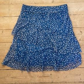 Fin nederdel med mesh og lag på lag-syning. Der står XL i mærket men den svarer til en large.   Så ingen af os spilder hinandens tid: Jeg sender ingen mål på tøjet Jeg sender ikke billeder af tøjet på Jeg er åben for evt bud 😊