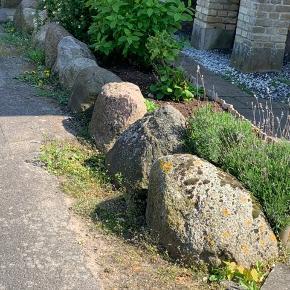 17 store sten gives gratis væk. Du skal selv fjerne dem. Står i 4800. Højden varierer mellem 30-60 cm (ca).