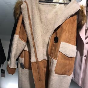 Oversize frakke, fitter stort set alle størrelser :)  Aftagelig pels på hætten