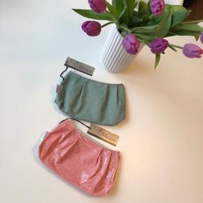 Au Maison kosmetikpung i farverne rosa m. mønster og støvet grøn. Begge har tynd sølvglimmer kant langs lynlås 👛🧚🏻♀️  Byd gerne kan både afhentes i Århus C og sendes på købers regning 📮✉️